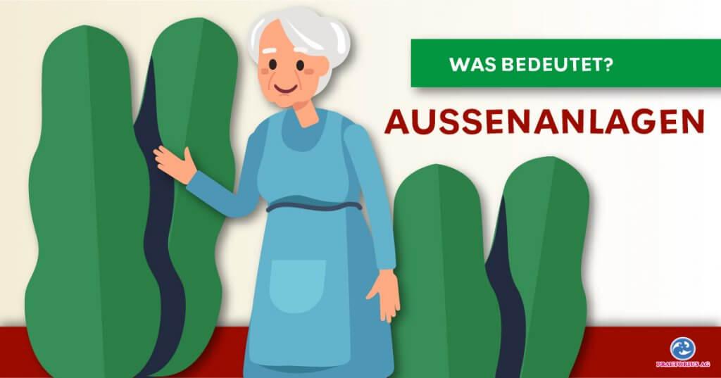 Ältere Frau lächelt und hebt die Hand, im Hintergrund sind Bäume und Büsche. Titel, was bedeutet Außenanlagen?